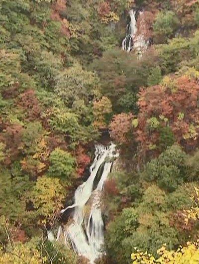 紅葉シーズンの霧振の滝