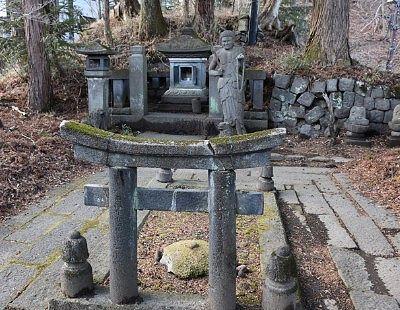石造不動明王立像・護摩壇・祠全体の様子