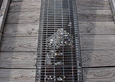 橋通路の真ん中にあった金網