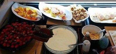 オレンジ、グレープフルーツ、苺、マンゴースムージー、プチシュークリーム、チーズロールケーキ、ヨーグルト、シリアル