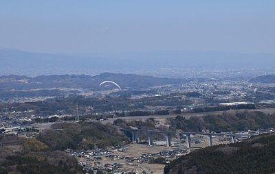 パラグライダーと麓の景色