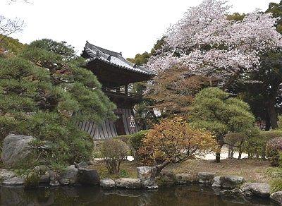 日本庭園と鐘楼