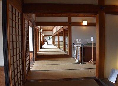 庫裡と方丈の畳敷き廊下