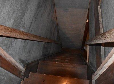 上から見た急階段の様子