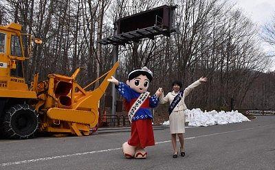 開通日開通式にいた湯もみちゃんと草津温泉女神