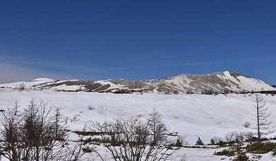 草津白根山と雪の平原