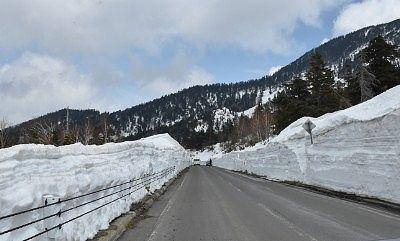 雪壁が続いていた長野県側の志賀草津道路