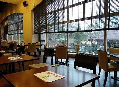 レストランのテーブル席の様子
