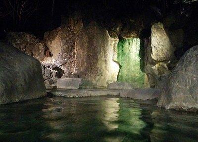 滝が流れる露天風呂