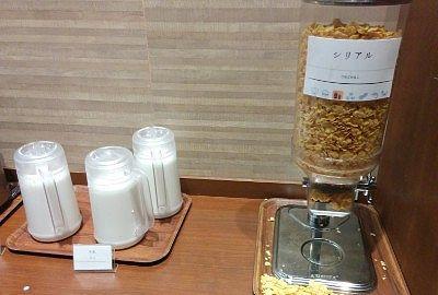 牛乳とシリアルとヨーグルト