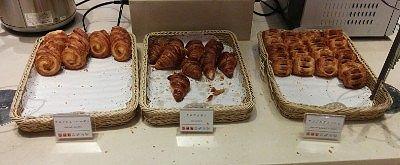 食パン、クロワッサン、アップルデニッシュ、デニッシュレーズン