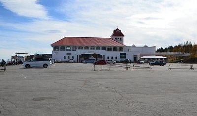 道の駅美ヶ原高原美術館の駐車場と建物