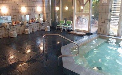 内風呂と洗い場の様子