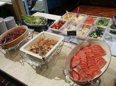 ステーキハム、焼き魚、ミートボール、ウインナー、スクランブルエッグ、目玉焼き、チキンナゲット、ポテト