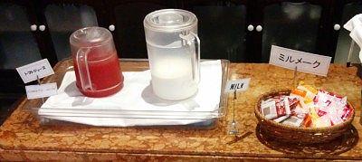 トマトジュース、牛乳、コーヒーやココア、イチゴやバニラのミルメーク
