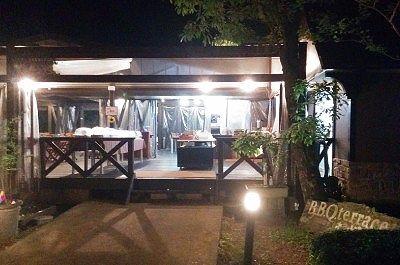 夜のBBQレストラン外観