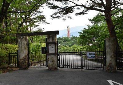 ホテルと遊園地の門