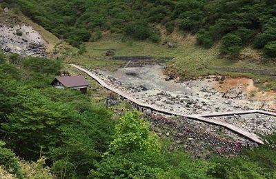 温泉神社から見た殺生石園地の様子