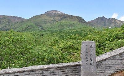 恋人の聖地の碑と那須連山の景色
