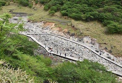 温泉神社脇から見た殺生石園地の様子