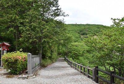 温泉神社から殺生石へ向かう遊歩道の様子