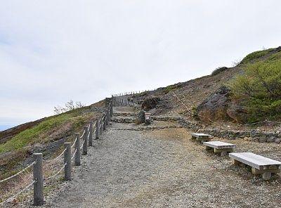 山頂駅出てすぐの登山道の様子