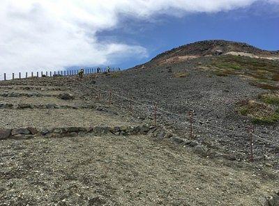 段々になってた登山道の様子