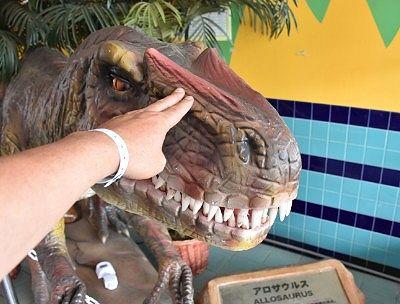 店入口にいた恐竜