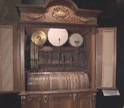 フランス製のバレル敷ピアノオーケストリアン「ジャズバンド」の中