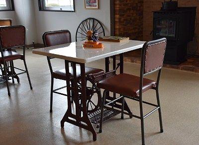 ミシンの脚ふみデザインのテーブル