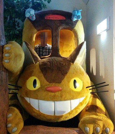 窓から顔を出せる猫バス