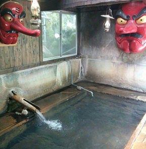 天狗のお面が飾ってあるお風呂
