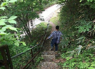 途中階段を下ってる様子