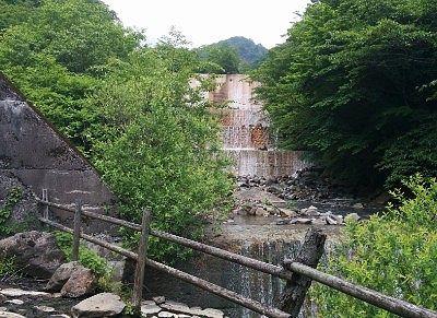 男湯露天風呂から見えた滝