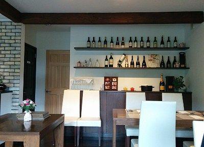 壁面のワインボトル