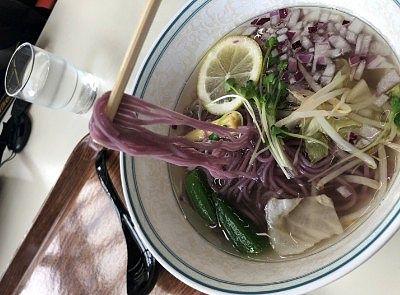 ラベンダーラーメンの紫色の麺