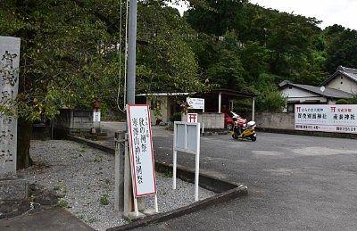 石段鳥居横の無料駐車場の様子