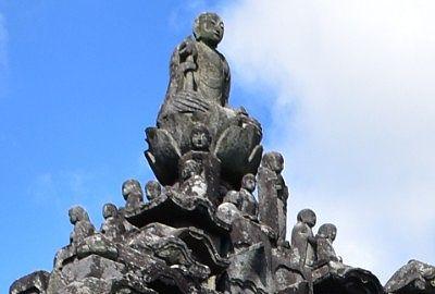 ピラミッドの頂点部分の仏像
