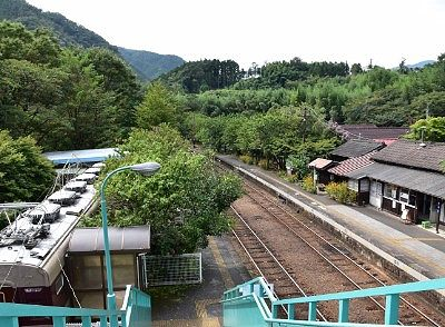 神戸駅の線路とホームとレストラン清流の列車
