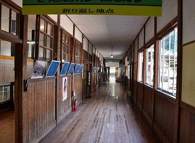 旧花輪小学校の廊下の様子