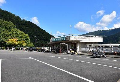 草木ダム展望台と駐車場の様子