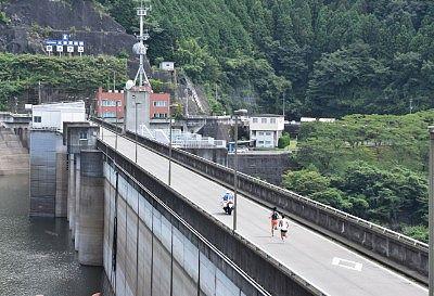 展望台から見たダム上部の道路の様子