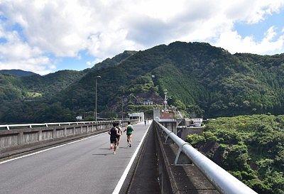 ダム壁上部の道路の様子
