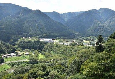 ダム壁上部からの里山の景色