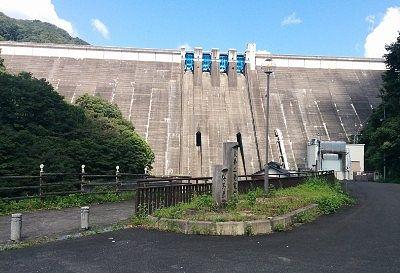 ダム下からの景観