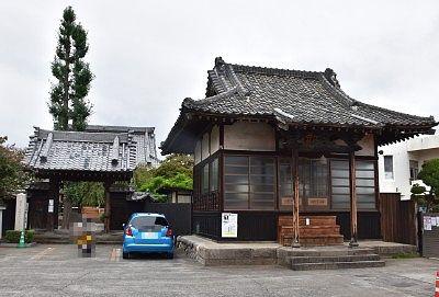 山門と菅原道真公を祀るお堂と駐車場