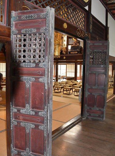 本堂の重厚な扉