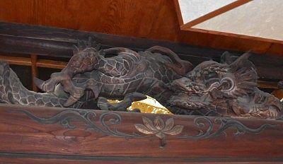 表から見た龍の彫刻