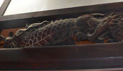 裏から見た龍の彫刻