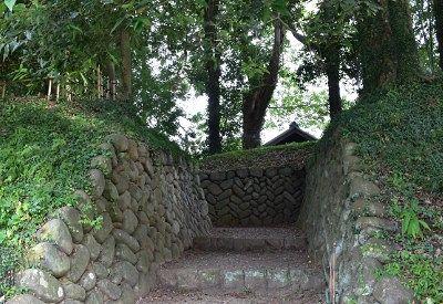 石垣で囲まれてる道